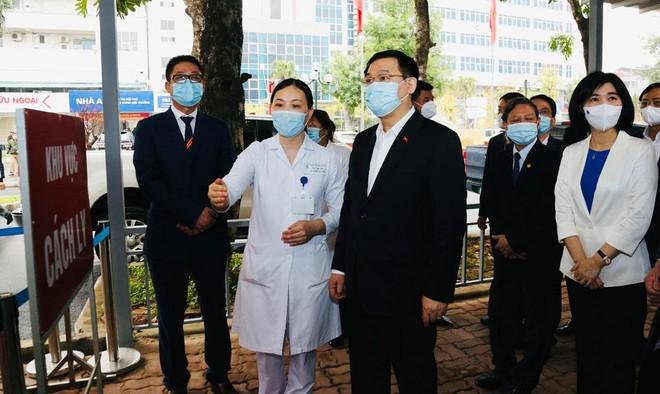 Bí thư Thành ủy Hà Nội kiểm tra phòng Covid-19 tại Bệnh viện Thanh Nhàn và chúc mừng các y, bác sĩ ảnh 2
