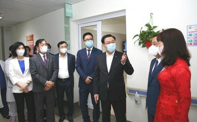 Bí thư Thành ủy Hà Nội kiểm tra phòng Covid-19 tại Bệnh viện Thanh Nhàn và chúc mừng các y, bác sĩ ảnh 1