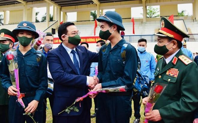 Bí thư Thành ủy Vương Đình Huệ động viên tân binh huyện Đông Anh lên đường nhập ngũ ảnh 1