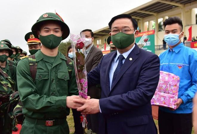 Bí thư Thành ủy Vương Đình Huệ động viên tân binh huyện Đông Anh lên đường nhập ngũ ảnh 2