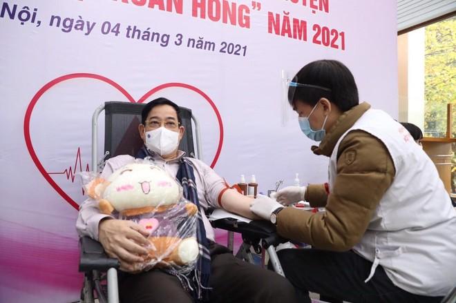 Thứ trưởng Y tế Nguyễn Trường Sơn cùng nhiều Cục trưởng, Vụ trưởng... hiến máu ảnh 2