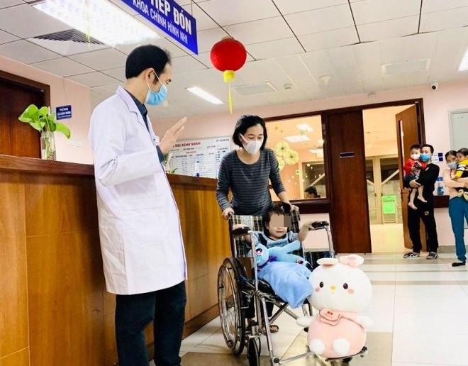 Cháu bé rơi từ tầng 12A chung cư ra viện sau 5 ngày điều trị ảnh 1
