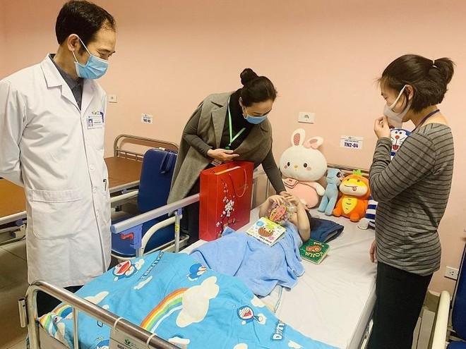 Cháu bé rơi từ tầng 12A chung cư ra viện sau 5 ngày điều trị ảnh 2