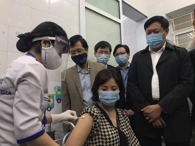 Thứ trưởng Đỗ Xuân Tuyên trực tiếp tiêm mũi vaccine Covid-19 cho một nhân viên y tế ở Hải Dương ảnh 1