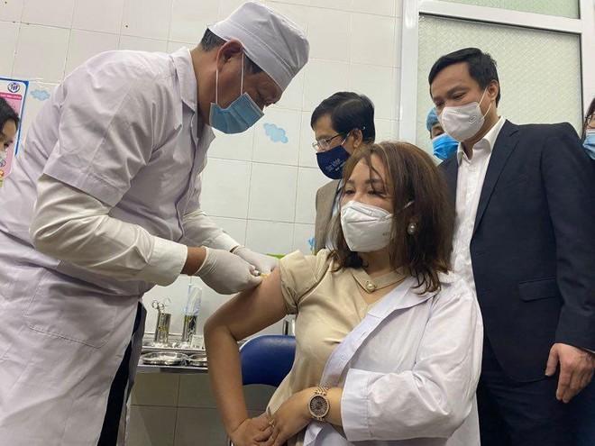Thứ trưởng Đỗ Xuân Tuyên trực tiếp tiêm mũi vaccine Covid-19 cho một nhân viên y tế ở Hải Dương ảnh 2