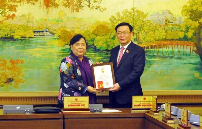Đồng chí Vương Đình Huệ trao Kỷ niệm chương cho đại biểu Quốc hội Hà Nội ảnh 1