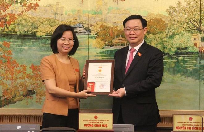 Đồng chí Vương Đình Huệ trao Kỷ niệm chương cho đại biểu Quốc hội Hà Nội ảnh 2