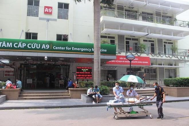 Phía sau những ồn ào ở Bệnh viện Bạch Mai: Người bệnh được lợi gì? ảnh 2
