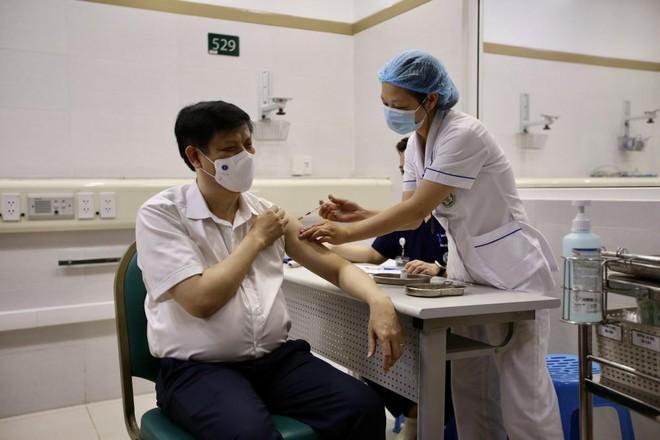 Bộ trưởng Y tế Nguyễn Thanh Long tiêm vaccine Covid-19 tại Bệnh viện Bạch Mai ảnh 1