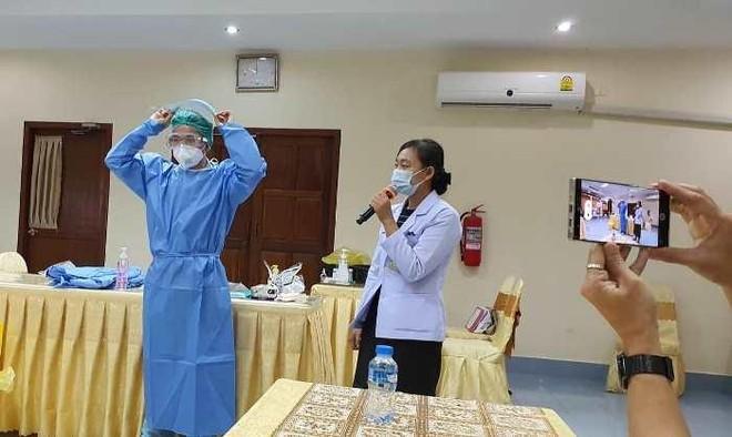 Bác sĩ Việt Nam hỗ trợ Lào cấp cứu thai phụ mắc Covid-19 phải thở oxy ảnh 1