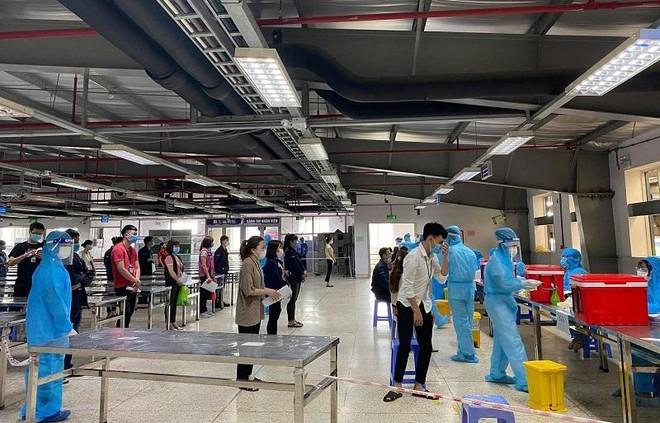 Lấy mẫu khẩn cấp gần 80.000 công nhân ở khu công nghiệp Vân Trung để xét nghiệm Covid-19 ảnh 2