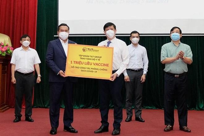 Bộ Y tế tiếp nhận hỗ trợ 125 tỷ đồng, 1 triệu USD và 1 triệu liều vaccine Covid-19 ảnh 1