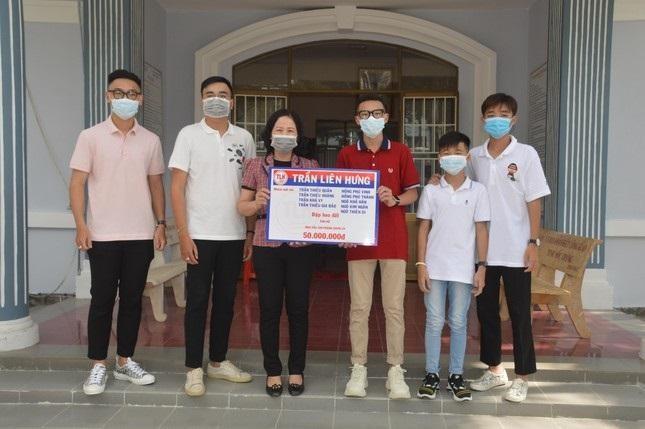 """Chín anh em họ ở Sóc Trăng cùng """"mổ heo đất"""" ủng hộ 50 triệu đồng vào Quỹ vaccine Covid-19 ảnh 1"""