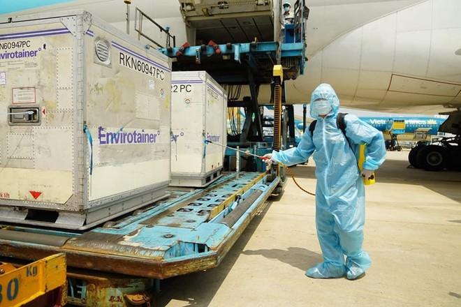 Thêm 580.000 liều vaccine Covid-19 của AstraZeneca về đến Việt Nam ảnh 1