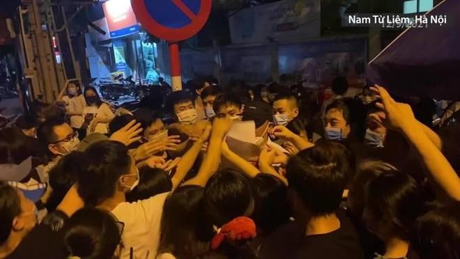 """Dân """"chen lấn"""" tiêm vaccine ở Trung Văn, Bí thư Thành ủy Hà Nội yêu cầu làm rõ trách nhiệm ảnh 1"""