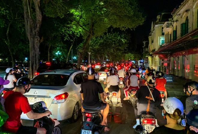 """Người Hà Nội đổ ra đường đêm Trung Thu: """"Đừng để thành quả bước đầu của Thủ đô uổng phí vì sự chủ quan"""" ảnh 1"""
