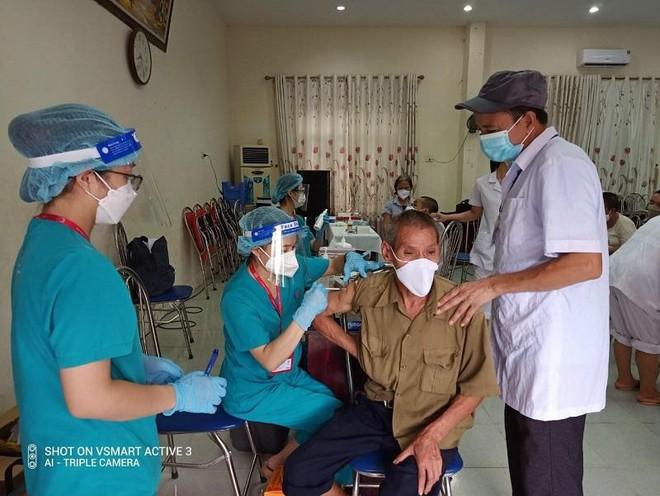 Hà Nội tiêm vaccine Covid-19 cho hàng trăm người già, khuyết tật... tại các cơ sở bảo trợ xã hội ảnh 2