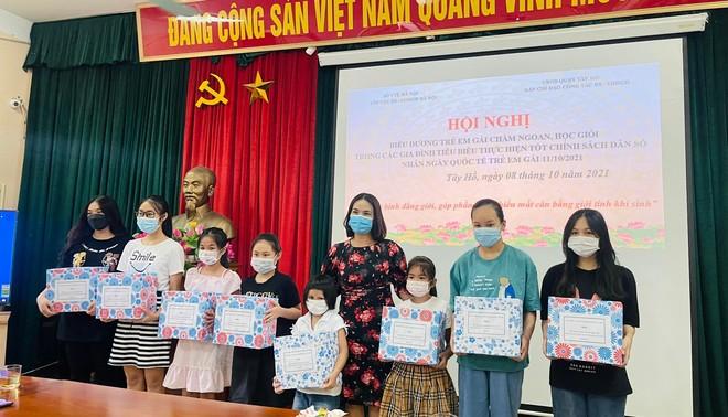Hà Nội khen thưởng hàng trăm gia đình sinh một bề gái chăm ngoan, học giỏi ảnh 2