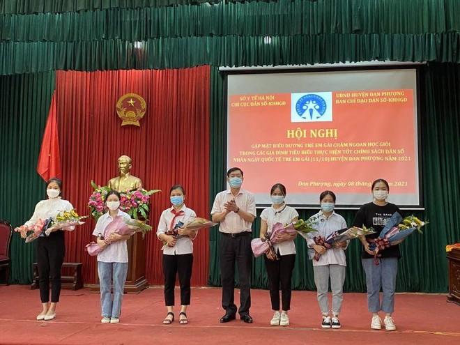 Hà Nội khen thưởng hàng trăm gia đình sinh một bề gái chăm ngoan, học giỏi ảnh 1