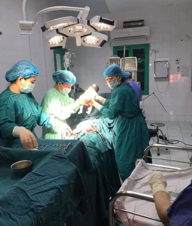 Mổ đẻ cấp cứu sản phụ mới… 11 tuổi đã sinh con ảnh 1