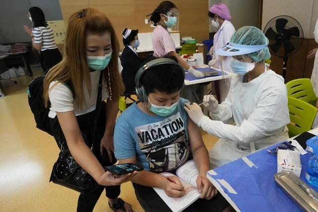 Bộ Y tế: Tiêm vaccine Covid-19 cho trẻ 12-17 tuổi, phụ huynh phải ký cam kết ảnh 1