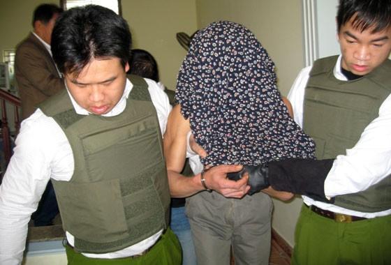 Video: Đột kích từ tầng 3 bắt con nghiện lăm lăm dao, súng ảnh 2