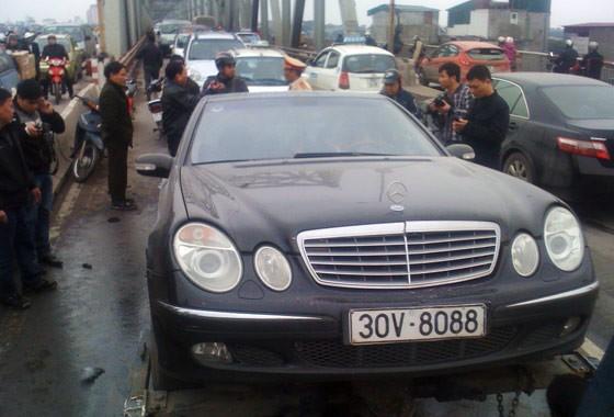 """""""Xế sang"""" Mercedes bốc cháy trên cầu Chương Dương ảnh 7"""