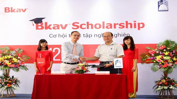 120 sinh viên Đại học Bách khoa Hà Nội nhận học bổng của Bkav ảnh 1