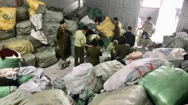 Tạm giữ 28,3 tấn quần áo nhập lậu chuẩn bị rao bán qua mạng ảnh 1