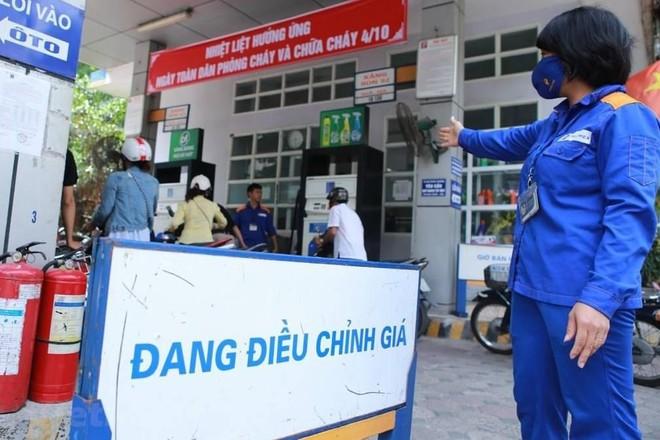 Giá xăng dầu tiếp tục tăng mạnh ảnh 1
