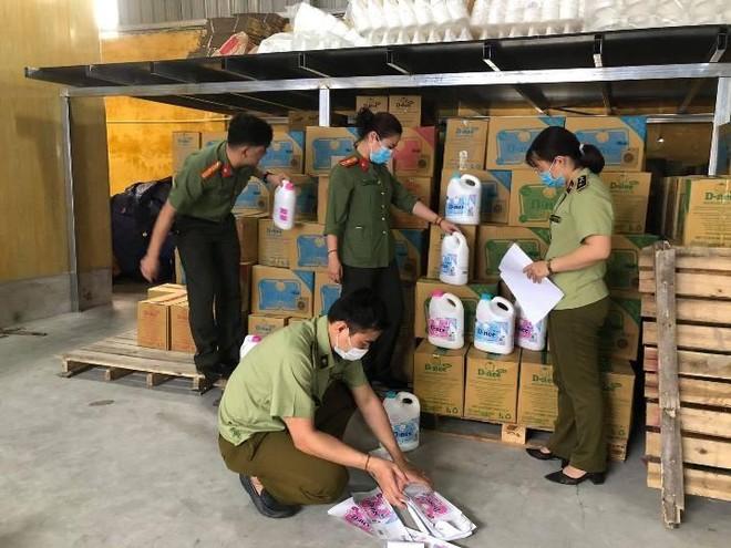 Hà Nội: Phát hiện cơ sở sản xuất nước giặt giả nhãn hiệu Dnee ảnh 1