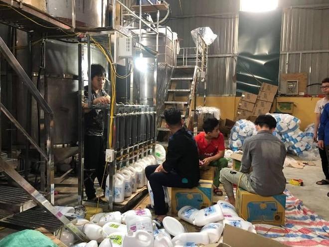 Hà Nội: Phát hiện cơ sở sản xuất nước giặt giả nhãn hiệu Dnee ảnh 3