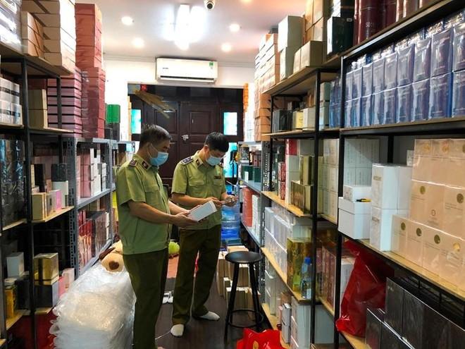 """""""Đột kích"""" một trong những cửa hàng nước hoa lớn nhất tại Hà Nội ảnh 1"""