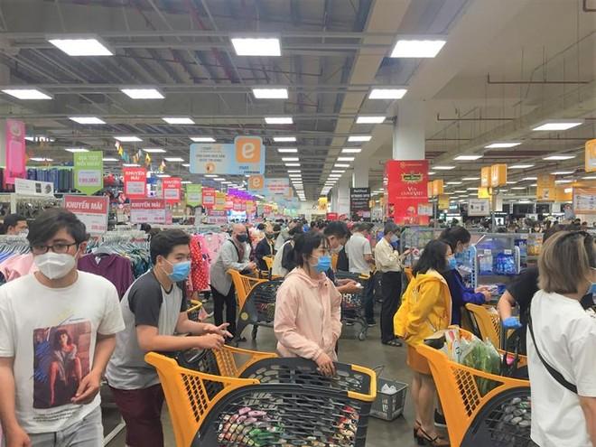 TP HCM và các tỉnh phía Nam: Người mua giảm đáng kể nhưng hàng tiêu dùng vẫn thiếu cục bộ ảnh 1