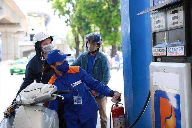 Giá xăng tiếp tục tăng mạnh ảnh 1