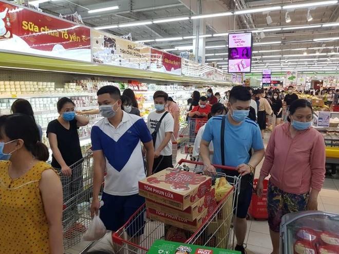 Hà Nội: Người dân đổ xô ra siêu thị mua hàng tiêu dùng thiết yếu ảnh 1