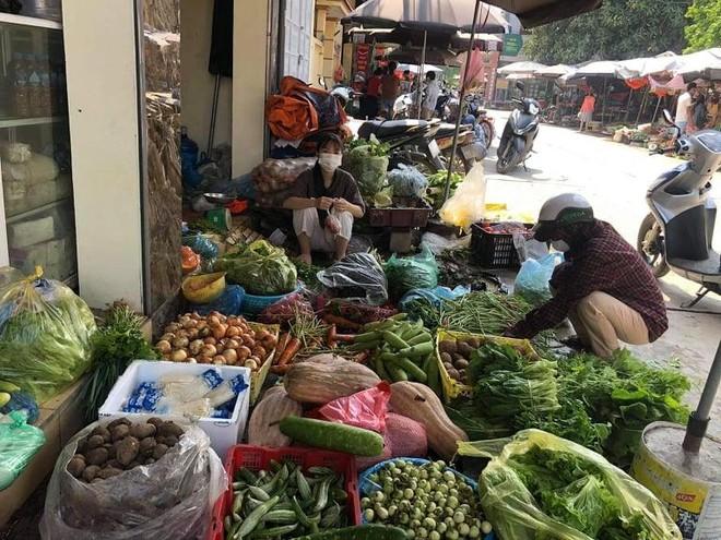 Hà Nội sau 6 ngày giãn cách xã hội: Nhiều tiểu thương nghỉ kinh doanh, cải bắp gần 80.000 đồng/chiếc ảnh 1