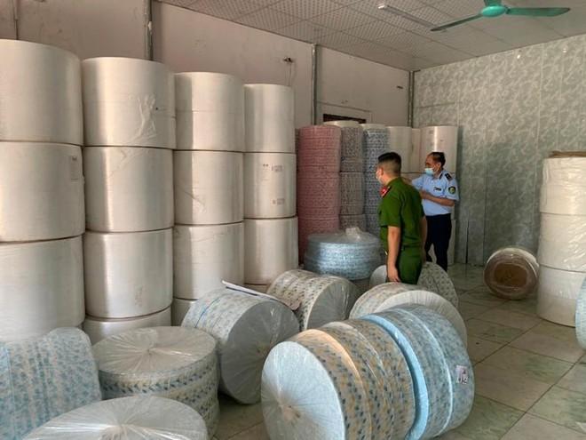 Nhập lậu hàng tấn vải không dệt để may khẩu trang ảnh 1