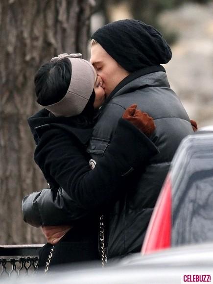 Vanessa Hudgens tình tứ hôn bạn trai trên phố