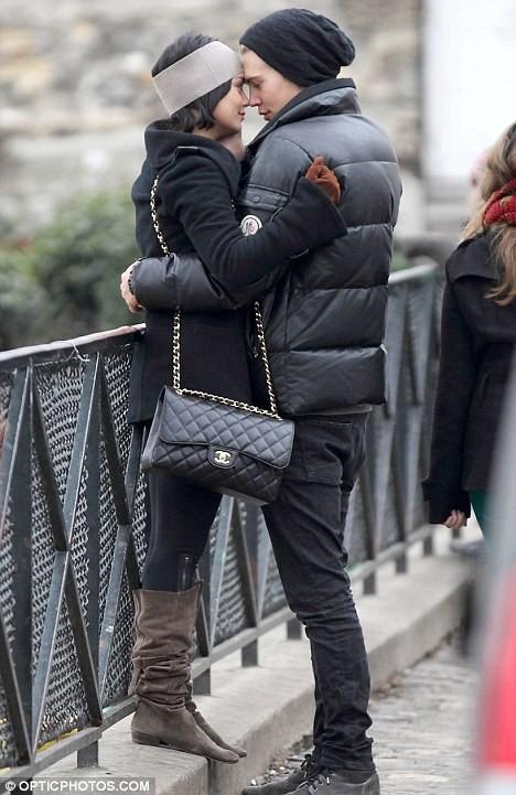 Vanessa Hudgens tình tứ hôn bạn trai trên phố ảnh 3