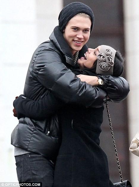 Vanessa Hudgens tình tứ hôn bạn trai trên phố ảnh 4
