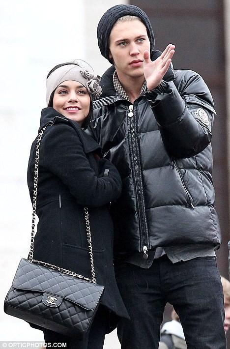 Vanessa Hudgens tình tứ hôn bạn trai trên phố ảnh 5