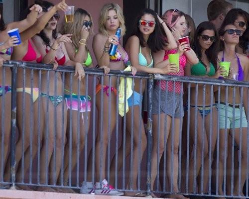 Vanessa, Selena & Ashley đồng loạt khoe bikini ảnh 1