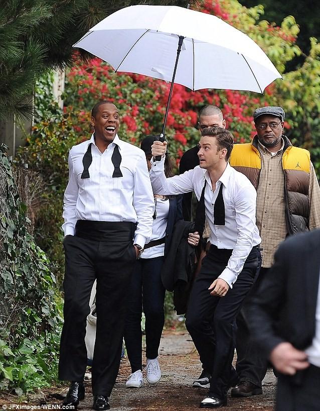"""Justin Timberlake """"vui vẻ"""" che mưa cho ông hoàng nhạc hip-hop Jay-Z ảnh 4"""