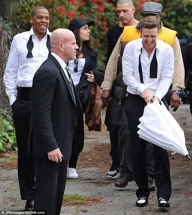"""Justin Timberlake """"vui vẻ"""" che mưa cho ông hoàng nhạc hip-hop Jay-Z ảnh 5"""