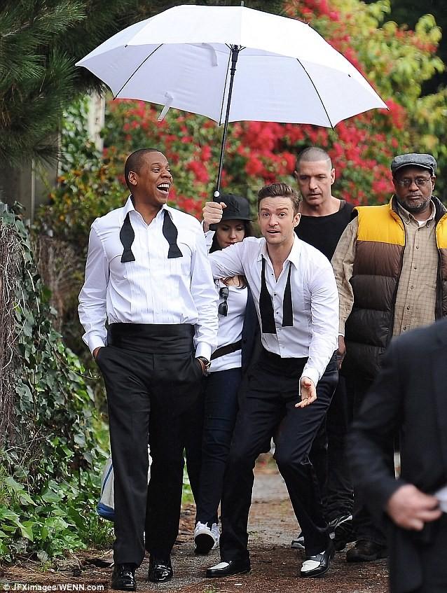 """Justin Timberlake """"vui vẻ"""" che mưa cho ông hoàng nhạc hip-hop Jay-Z ảnh 1"""