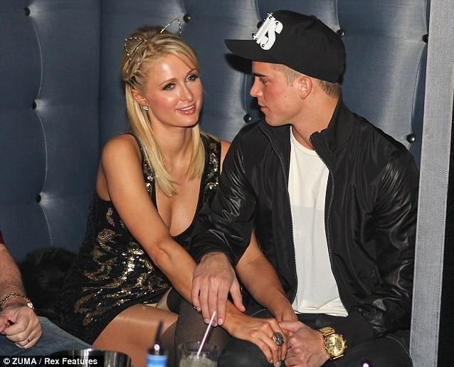 Bạn trai ngồi nhìn Paris Hilton tiệc tùng ảnh 4