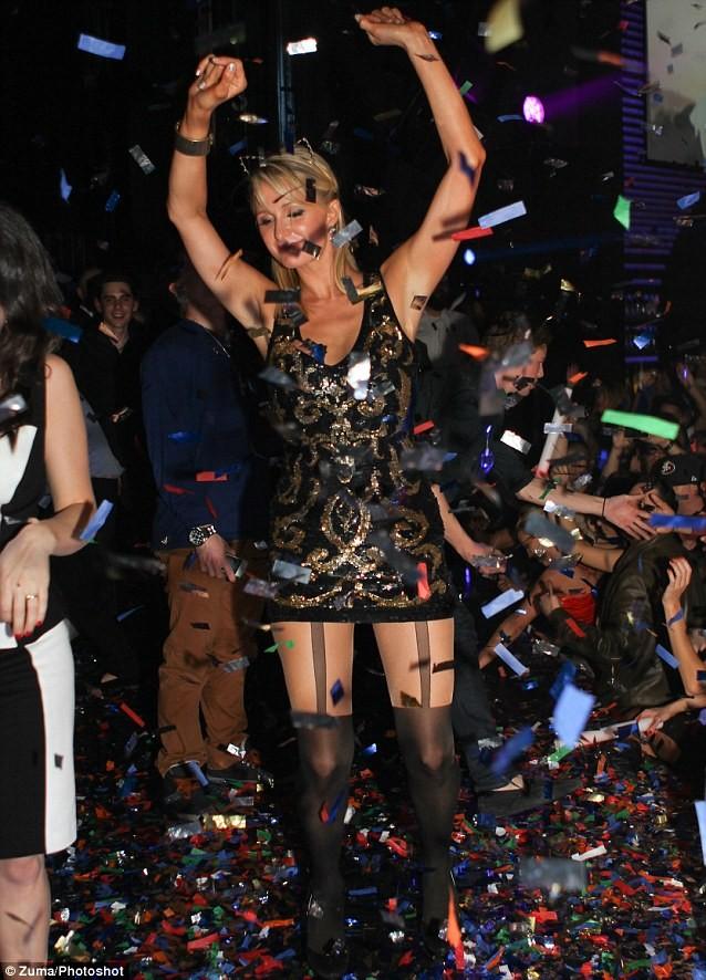 Bạn trai ngồi nhìn Paris Hilton tiệc tùng ảnh 2
