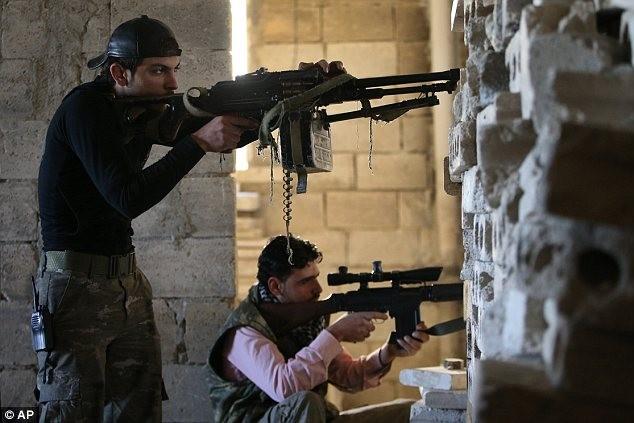 Sốc với hình ảnh chiến binh 7 tuổi khoác AK-47, phì phèo thuốc lá ảnh 3