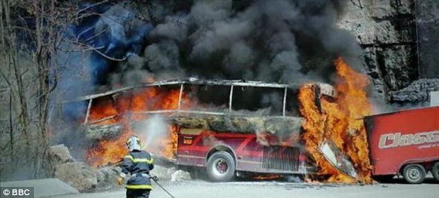 Hành khách thoát chết thần kỳ sau khi xe bus lao xuống vực ảnh 1
